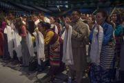 Члены тибетского сообщества почтительно встречают Его Святейшество Далай-ламу в центре им. Брена. Ирвайн, штат Калифорния, США. 7 июля 2015 г. Фото: Тензин Чойджор (офис ЕСДЛ)