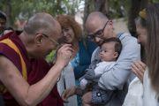"""Его Святейшество Далай-лама приветствует своих почитателей на выходе из центра """"Живой мир"""" при Университете Калифорнии. Ирвайн, штат Калифорния, США. 7 июля 2015 г. Фото: Тензин Чойджор (офис ЕСДЛ)"""