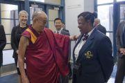 """Его Святейшество Далай-лама шутит с сотрудницей центра им. Брена в Университете Калифорнии перед началом заключительного дня саммита """"Глобальное сострадание"""". Ирвайн, штат Калифорния, США. 7 июля 2015 г. Фото: Тензин Чойджор (офис ЕСДЛ)"""