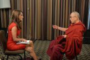 """Кристина Паскуччи с телеканала """"KTLA"""" берет интервью у Его Святейшества Далай-ламы. Анахайм, штат Калифорния. 7 июля 2015 г. Фото: Сонам Зоксанг"""