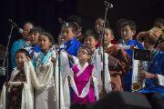 Юные тибетцы исполняют песню для Его Святейшества Далай-ламы. Ирвайн, штат Калифорния, США. 7 июля 2015 г. Фото: Тензин Чойджор (офис ЕСДЛ)