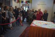 """Его Святейшество Далай-лама объясняет значение элементов мандалы в центре """"Живой мир"""" при Университете Калифорнии. Ирвайн, штат Калифорния, США. 7 июля 2015 г. Фото: Тензин Чойджор (офис ЕСДЛ)"""