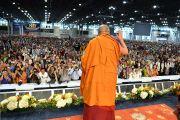 Его Святейшество Далай-лама приветствует более чем 14-тысячную аудиторию Явиц-центра перед началом учений. Нью-Йорк, США. 9 июля 2015 г. Фото: Тензин Чойджор (офис ЕСДЛ)