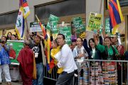 Тибетцы встречают Его Святейшество Далай-ламу возле гостиницы. Нью-Йорк, США. 9 июля 2015 г. Фото: Тензин Чойджор (офис ЕСДЛ)