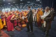 Его Святейшество Далай-лама здоровается с монахами на сцене Явиц-центра перед началом учений. Нью-Йорк, США. 9 июля 2015 г. Фото: Тензин Чойджор (офис ЕСДЛ)