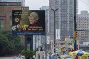 Рекламный щит в Нью-Йорке с анонсом программы визита Его Святейшества Далай-ламы. Нью-Йорк, США. 9 июля 2015 г. Фото: Тензин Чойджор (офис ЕСДЛ)