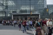 Люди выходят из Явиц-центра по окончании учений Его Святейшества Далай-ламы. Нью-Йорк, США. 9 июля 2015 г. Фото: Тензин Чойджор (офис ЕСДЛ)