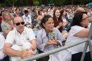 Некоторые из более чем 12 тысяч пришедших на лекцию Его Святейшества Далай-ламы в висбаденский Курпарк. Висбаден, Гессен, Германия. 12 июля 2015 г. Фото: Мануэль Бауэр