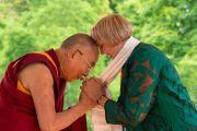"""Его Святейшество Далай-лама благодарит  за поддержку члена партии """"Зеленых"""" Клаудию Рот. Висбаден, Гессен, Германия. 12 июля 2015 г. Фото: Мануэль Бауэр"""