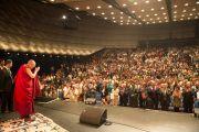 """Его Святейшество Далай-лама здоровается с аудиторией в концертном зале """"Ярхундертхалле"""". Франкфурт, Германия. 13 июля 2015 г. Фото: Мануэль Бауэр"""