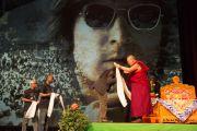 """Его Святейшество Далай-лама вручает белые хадаки музыкантам из Сенегала после их выступления в честь его 80-летия в концертном зале """"Ярхундертхалле"""". Франкфурт, Германия. 13 июля 2015 г. Фото: Мануэль Бауэр"""