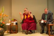 Его Святейшество Далай-лама беседует с группой школьников в Музее прикладных искусств. Франкфурт, Германия. 13 июля 2015 г. Фото: Мануэль Бауэр