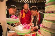 Его Святейшество Далай-лама разрезает праздничный торт, который ему преподнесли в честь его 80-летия. Франкфурт, Германия. 13 июля 2015 г. Фото: Мануэль Бауэр
