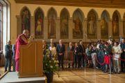 Его Святейшество Далай-лама обращается с речью к приглашенным гостям и журналистам в городской ратуше. Франкфурт, Германия. 13 июля 2015 г. Фото: Мануэль Бауэр
