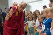 Его Святейшество Далай-лама общается с маленькими детьми в Музее прикладных искусств. Франкфурт, Германия. 13 июля 2015 г. Фото: Мануэль Бауэр