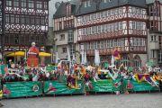 На площади перед городской ратушей Его Святейшество Далай-ламу приветствовали его сторонники. Франкфурт, Германия. 13 июля 2015 г. Фото: Мануэль Бауэр