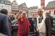 Его Святейшество Далай-лама и мэр Франкфурта Питер Фельдманн на выходе из городской ратуши. Франкфурт, Германия. 13 июля 2015 г. Фото: Мануэль Бауэр