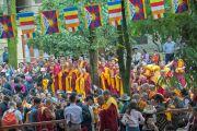 Члены тибетских объединений, по чьей инициативе проводился молебен о долголетии Его Святейшества Далай-ламы, ожидают своей очереди совершить подношения. Дхарамсала, Индия. 20 июля 2015 г. Фото: Тензин Пунцок (офис ЕСДЛ)