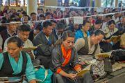 Тибетцы, собравшиеся в главном тибетском храме в Дхарамсале на молебен о долголетии Его Святейшества Далай-ламы. Дхарамсала, Индия. 20 июля 2015 г. Фото: Тензин Пунцок (офис ЕСДЛ)
