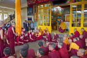Его Святейшество Далай-лама наблюдает за непальскими монахами и монахинями, проводящими показательные философские диспуты. Дхарамсала, Индия. 20 июля 2015 г. Фото: Тензин Пунцок (офис ЕСДЛ)