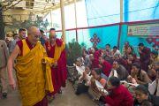 Его Святейшество Далай-лама приветствует людей, собравшихся в главном тибетском храме в Дхарамсале на молебен о его долголетии. Дхарамсала, Индия. 20 июля 2015 г. Фото: Тензин Пунцок (офис ЕСДЛ)
