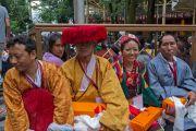 Представители одной из 11 групп тибетцев, по чьей инициативе проводился молебен о долголетии Его Святейшества Далай-ламы, ожидают своей очереди совершить подношения. Дхарамсала, Индия. 20 июля 2015 г. Фото: Тензин Пунцок (офис ЕСДЛ)
