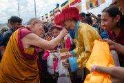 Его Святейшество Далай-лама шутит со встречающими его молодыми людьми в школе Джамьянг. Ле, Ладак, штат Джамму и Кашмир, Индия. 28 июля 2015 г. Фото: Тензин Чойджор (офис ЕСДЛ)