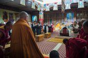 Его Святейшество Далай-лама входит в храм Джоканг. Ле, Ладак, штат Джамму и Кашмир, Индия. 28 июля 2015 г. Фото: Тензин Чойджор (офис ЕСДЛ)