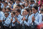 """Младшие ученики школы Джамьянг поют """"Слова истины"""" перед началом лекции Его Святейшества Далай-ламы. Ле, Ладак, штат Джамму и Кашмир, Индия. 28 июля 2015 г. Фото: Тензин Чойджор (офис ЕСДЛ)"""