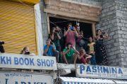 Туристы фотографируют Его Святейшество Далай-лама на выходе из храма Джоканг. Ле, Ладак, штат Джамму и Кашмир, Индия. 28 июля 2015 г. Фото: Тензин Чойджор (офис ЕСДЛ)
