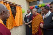 Его Святейшество Далай-лама торжественно открывает новое общежитие для девочек в храме Джоканг. Ле, Ладак, штат Джамму и Кашмир, Индия. 28 июля 2015 г. Фото: Тензин Чойджор (офис ЕСДЛ)