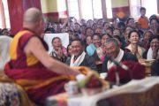 Его Святейшество Далай-лама начинает свою речь в храме Джоканг. Ле, Ладак, штат Джамму и Кашмир, Индия. 28 июля 2015 г. Фото: Тензин Чойджор (офис ЕСДЛ)