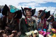 Ладакцы в национальных одеждах слушают лекцию Его Святейшества Далай-ламы в школе Джамьянг. Ле, Ладак, штат Джамму и Кашмир, Индия. 28 июля 2015 г. Фото: Тензин Чойджор (офис ЕСДЛ)