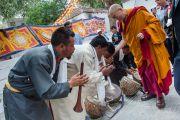 Его Святейшество Далай-лама приветствует музыкантов на выходе из храма Джоканг. Ле, Ладак, штат Джамму и Кашмир, Индия. 28 июля 2015 г. Фото: Тензин Чойджор (офис ЕСДЛ)