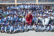 Его Святейшество Далай-лама фотографируется в учениками школы Джамьянг. Ле, Ладак, штат Джамму и Кашмир, Индия. 28 июля 2015 г. Фото: Тензин Чойджор (офис ЕСДЛ)