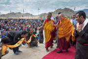 Его Святейшество Далай-лама приветствует людей, собравшихся на его лекцию в школе Джамьянг. Ле, Ладак, штат Джамму и Кашмир, Индия. 28 июля 2015 г. Фото: Тензин Чойджор (офис ЕСДЛ)