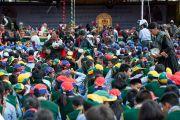 Волонтеры раздают национальное блюдо из риса слушателям на лекции Его Святейшества Далай-ламы в школе Джамьянг. Ле, Ладак, штат Джамму и Кашмир, Индия. 28 июля 2015 г. Фото: Тензин Чойджор (офис ЕСДЛ)