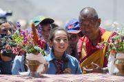 Ученица школы Джамьянг задает вопрос Его Святейшеству Далай-ламе. Ле, Ладак, штат Джамму и Кашмир, Индия. 28 июля 2015 г. Фото: Тензин Чойджор (офис ЕСДЛ)