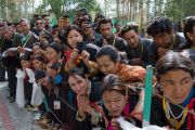 Местные жители, ладакцы и тибетцы, ожидают появления Его Святейшества Далай-ламы на Высшем буддийском совете. Ле, Ладак, штат Джамму и Кашмир, Индия. 29 июля 2015 г. Фото: Тензин Чойджор (офис ЕСДЛ)