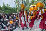 Его Святейшество Далай-лама приветствует людей на площадке проведения Высшего буддийского совета. Ле, Ладак, штат Джамму и Кашмир, Индия. 29 июля 2015 г. Фото: Тензин Чойджор (офис ЕСДЛ)