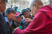 Его Святейшество Далай-лама разговаривает со школьниками после завершения торжественного открытия летней сессии Высшего буддийского совета. Ле, Ладак, штат Джамму и Кашмир, Индия. 29 июля 2015 г. Фото: Тензин Чойджор (офис ЕСДЛ)