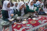Школьники угощаются традиционным блюдом из риса, которое раздавали всем гостям на открытии летней сессии Высшего буддийского совета. Ле, Ладак, штат Джамму и Кашмир, Индия. 29 июля 2015 г. Фото: Тензин Чойджор (офис ЕСДЛ)