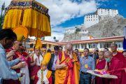 Его Святейшество Далай-лама торжественно открывает летнюю сессию Высшего буддийского совета в институте Пегон Пхагпа Настан Бакула. Ле, Ладак, штат Джамму и Кашмир, Индия. 29 июля 2015 г. Фото: Тензин Чойджор (офис ЕСДЛ)