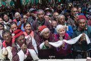 Ладакцы и тибетцы почтительно ждут, когда Его Святейшество Далай-лама выйдет из монастыря Спитук по окончании торжественного открытия летней сессии Высшего буддийского совета. Ле, Ладак, штат Джамму и Кашмир, Индия. 29 июля 2015 г. Фото: Тензин Чойджор (офис ЕСДЛ)