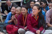 Молодые зрители наблюдают за философским диспутом на открытии летней сессии Высшего буддийского совета. Ле, Ладак, штат Джамму и Кашмир, Индия. 29 июля 2015 г. Фото: Тензин Чойджор (офис ЕСДЛ)