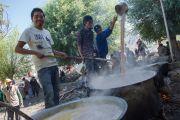 Приготовление чая для участников учений Его Святейшества Далай-ламы. Ле, Ладак, штат Джамму и Кашмир, Индия. 30 июля 2015 г. Фото: Тензин Чойджор (офис ЕСДЛ)