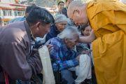 Его Святейшество Далай-лама приветствует пожилых ладакцев, покидая монастырь Спитук и направляясь к месту учений, в Шивацель. Ле, Ладак, штат Джамму и Кашмир, Индия. 30 июля 2015 г. Фото: Тензин Чойджор (офис ЕСДЛ)