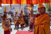 Монахи с традиционными музыкальными инструментами готовятся сопровождать Его Святейшество Далай-ламу по завершении учений. Ле, Ладак, штат Джамму и Кашмир, Индия. 30 июля 2015 г. Фото: Тензин Чойджор (офис ЕСДЛ)