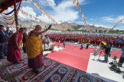 Его Святейшество Далай-лама прощается с людьми по окончании учений. Ле, Ладак, штат Джамму и Кашмир, Индия. 30 июля 2015 г. Фото: Тензин Чойджор (офис ЕСДЛ)