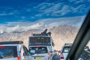 Машине на дороге в Шивацель, к месту проведения учений Его Святейшества Далай-ламы. Ле, Ладак, штат Джамму и Кашмир, Индия. 30 июля 2015 г. Фото: Тензин Чойджор (офис ЕСДЛ)